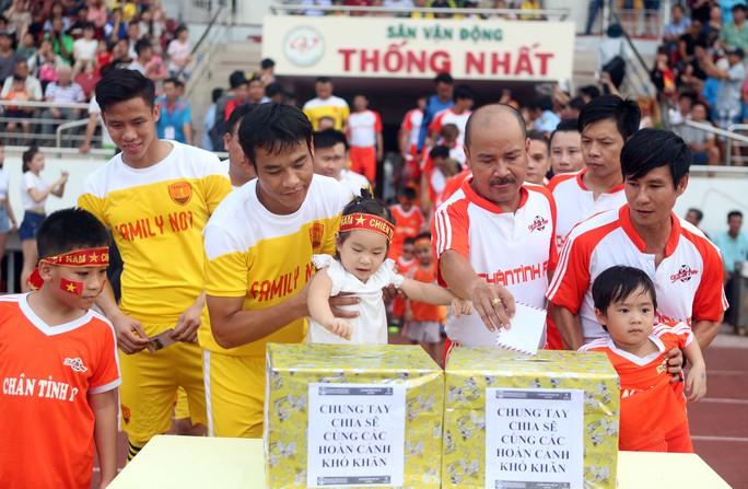 Cựu tuyển thủ Quốc gia Huy Hoàng và danh hài Hoàng Sơn quyên góp một phần tầm lòng cho những hoàn cảnh gặp nhiều khó khăn trong cuộc sống