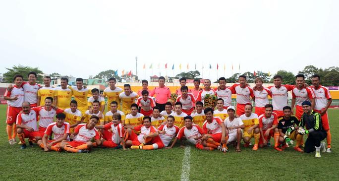 Cầu thủ 2 đội Nghệ sĩ TP HCM và FC Family No1 chụp ảnh kỷ niệm trước trận đấu