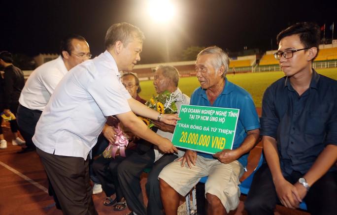 Chủ tịch hiệp hội doanh nghiệp Hà Tĩnh ở TP HCM Phan Đình Tuệ cùng với chủ tịch VPF Võ Quốc Thắng trao quà cho những nghệ sĩ, cựu cầu thủ có hoàn cảnh khó khăn
