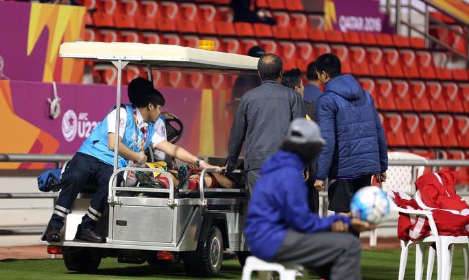 Sau đó di chuyển Công Phượng ra xe cấp cứu chờ sẵn chở anh đến bệnh viện quốc tế Hamad