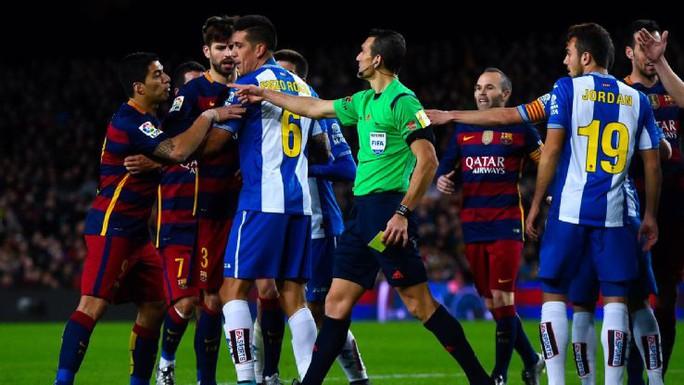 Suarez phản ứng dữ dội sau khi bị đối thủ lăng mạ