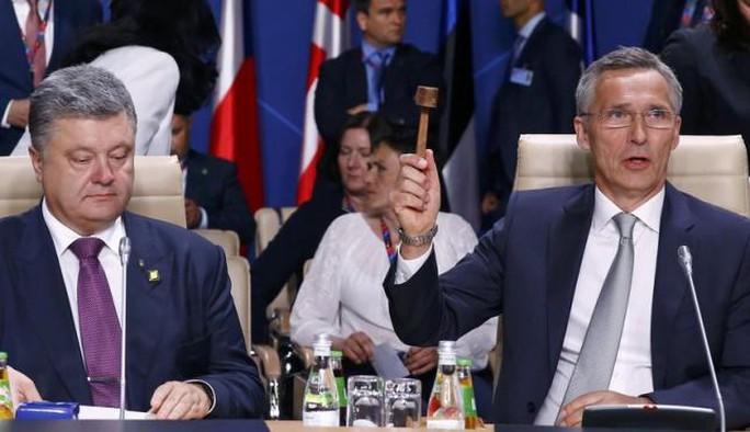 Tổng thống Ukraine Petro Poroshenko (trái) và ông Jens Stoltenberg, Tổng thư ký NATO. Ảnh: Reuters