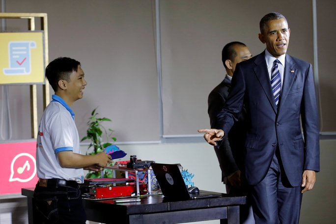 Trước khi trao đổi với giới doanh nghiệp, Tổng thống Mỹ tham quan khu Dreamplex và tiếp xúc với các nhân viên tại đây. Ảnh: REUTERS