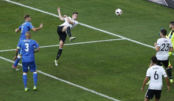 Những nỗ lực của Slovakia hoàn toàn chấm dứt ở phút 63 khi Draxler ghi bàn ấn định chiến thắng 3-0 cho thầy trò HLV Joachim Loew