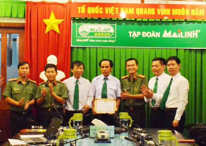 Tài xế Chính (giữa) được Công an TP HCM trao bằng khen