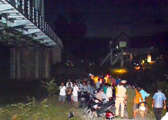 Người dân tập trung đến đoạn sông gần chân cầu Mỏ Vịt, nơi tìm thấy thi thể nạn nhân để xem vụ việc