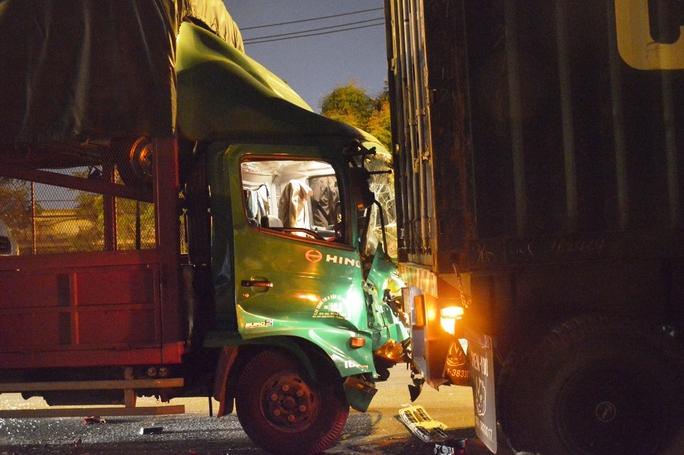 Vụ va chạm khiến đầu xe tải bị xé toạc, dính chặt vào thùng container
