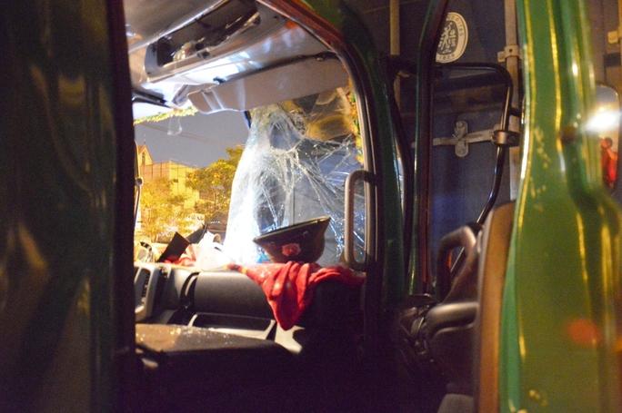 Bên trong cabin xe biến dạng