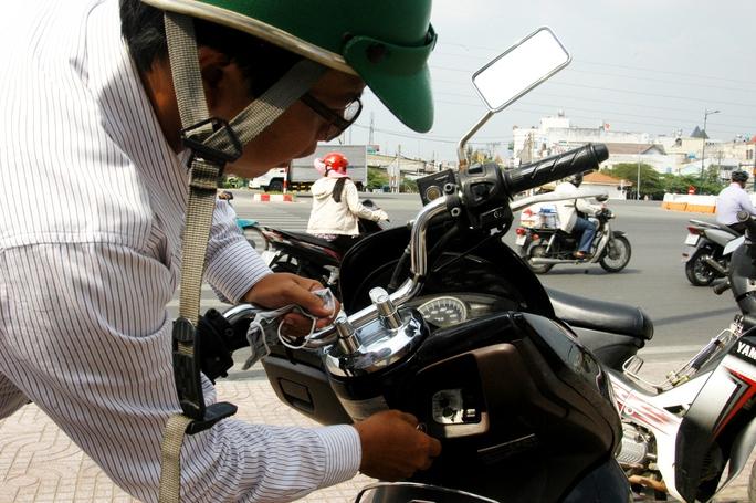 Xe của ông Tuấn bị kẻ trộm bẻ khóa ngay giữa ban ngày.