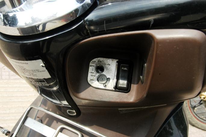 Ổ khóa xe của ông Tuấn bị kẻ trộm phá hỏng, không sử dụng được.