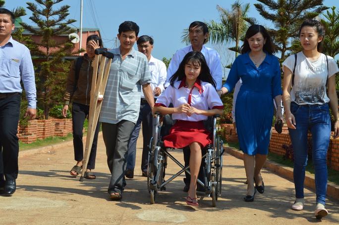 Lãnh đạo Sở Y tế, Bệnh viện Đa khoa huyện Cư Kuin và Trường THCS và THPT đón Hà Vi lên trường học