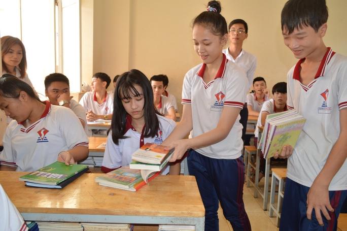 Bạn bè giúp đỡ Hà Vi xếp lại sách vỡ