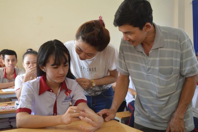 Mẹ, bố và chị gái động viên Hà Vi học tập tốt