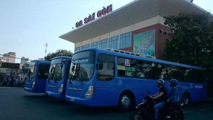 Xe bus được điều động tới ga Sài Gòn để trung chuyển khách tới ga Biên Hòa để lên tàu. Ảnh: Q.CHiến