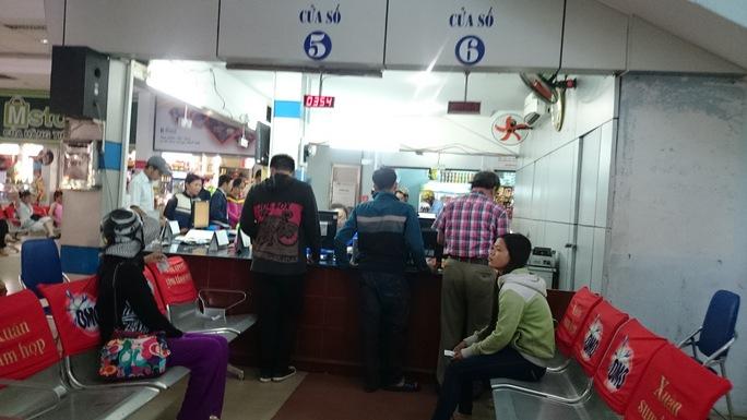 Nhiều hành khách đang chờ đợi để đổi trả vé tại ga Sài Gòn. Ảnh: Q.Chiến
