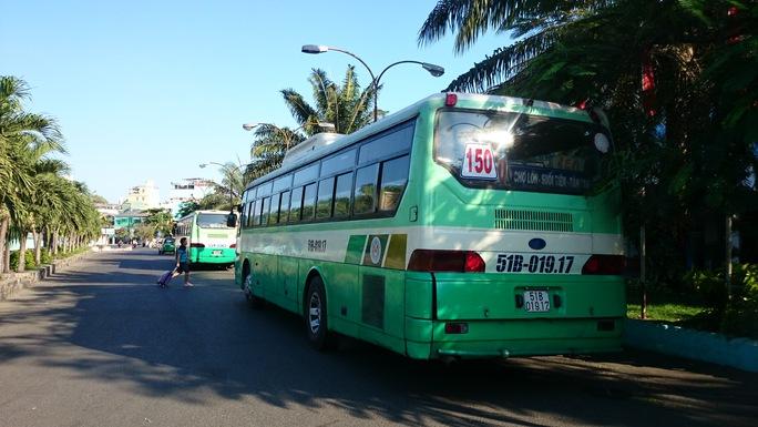 Lúc 16h00, tại ga Sài Gòn 3 xe bus số 33 và 2 xe bus 150 đang chờ đủ khách để trung chuyển ra ga Biên Hòa. Ảnh: Q.Chiến