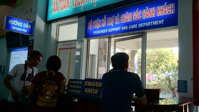 Nhiều hành khách sốt ruột và lo lắng phải nhờ sự tư vấn của nhân viên ga Sài Gòn. Ảnh: Q.Chiến