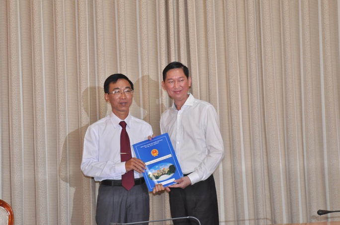 PHó Chủ tịch UBND TP Trần Vĩnh Tuyến (bìa phải) trao quyết định bổ nhiệm của UBND TPHCM cho ông Lâm Ngọc Bửu.