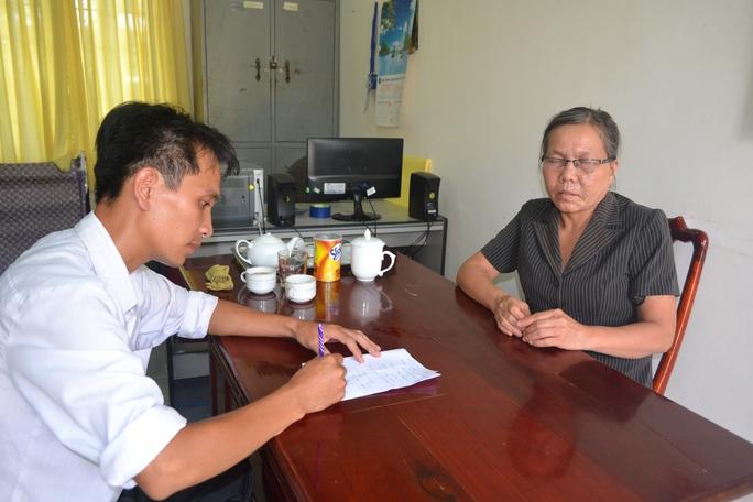 Bà Nguyễn Thị Ngọc-Chủ tịch hội người mù huyện Chơn Thành, kể lại việc bà và các hội viên Hội người mù bị lừa đảo.