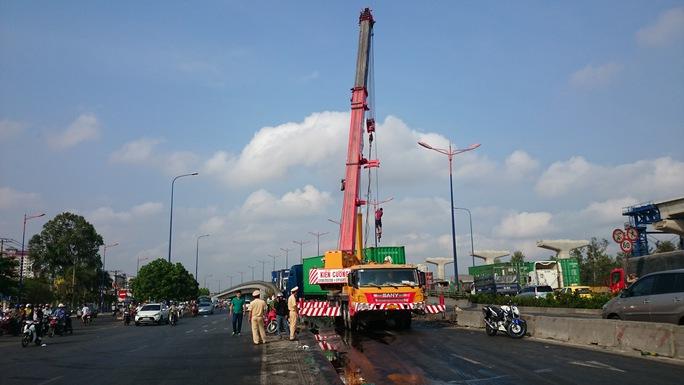 Hiện trường vụ tai nạn ngay cầu vượt Thủ Đức gây khó khăn cho công việc xử lý hiện trường.
