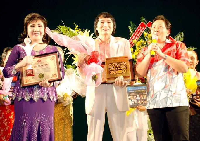 NSƯT Hoa Hạ (Phó chủ tịch Hội Sân khấu TPHCM) chúc mừng hai nghệ sĩ sáng lập Sân khấu vàng: NSND Lệ Thủy và NSƯT Minh Vương