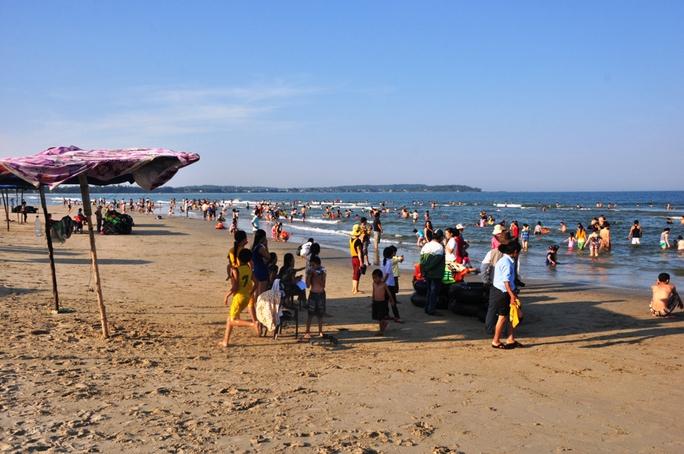 Bãi biển Mỹ Khê, nơi xảy ra vụ đuối nước khiến 2 học sinh tử vong chiều 17-8. Ảnh: Tử Trực