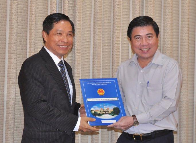 Chủ tịch UBND TP Nguyễn Thành Phong trao Quyết định bổ nhiệm cho ông Lê Nguyễn Minh Quang