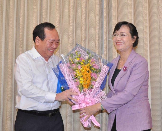 Chủ tịch HĐND TP HCM Nguyễn Thị Quyết Tâm tặng hoa chúc mừng ông Huỳnh Công Hùng