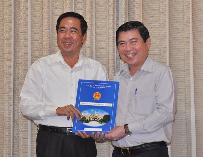 Chủ tịch UBND TP Nguyễn Thành Phong trao Quyết định bổ nhiệm cho ông Nguyễn Văn Lâm