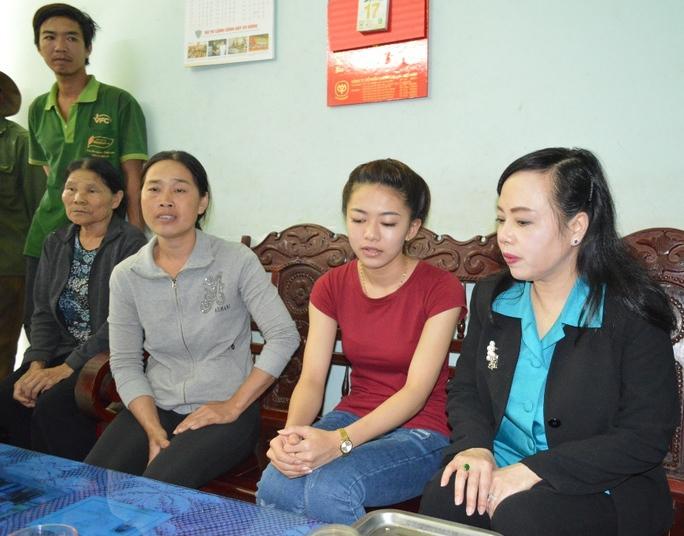 Bộ trưởng Nguyễn Thị Kim Tiến vào Đắk Lắk động viện, thăm hỏi gia đình Hà Vi