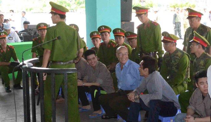 Các bị cáo cười rất tươi khi bị dẫn giải ra tòa. Ảnh: Thốt Nốt