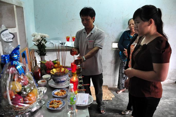 Cô giáo Phạm Thị Thùy Ngân bịn rịn trước nỗi đau quá lớn khi mất cùng lúc 9 học sinh. Ảnh: T.Trực