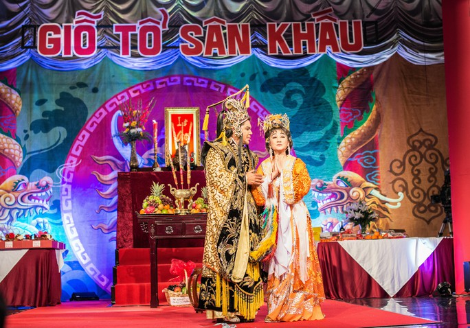 NSƯT Thanh Thanh Tâm và NS Tuấn Châu biểu diễn trong ngày Giỗ tổ sân khấu
