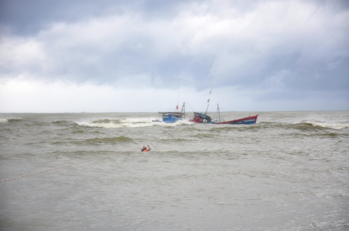 Hai tàu cá của ngư dân xã Nghĩa An, TP Quảng Ngãi bị sóng đánh chìm khi vào tránh áp thấp nhiệt đới