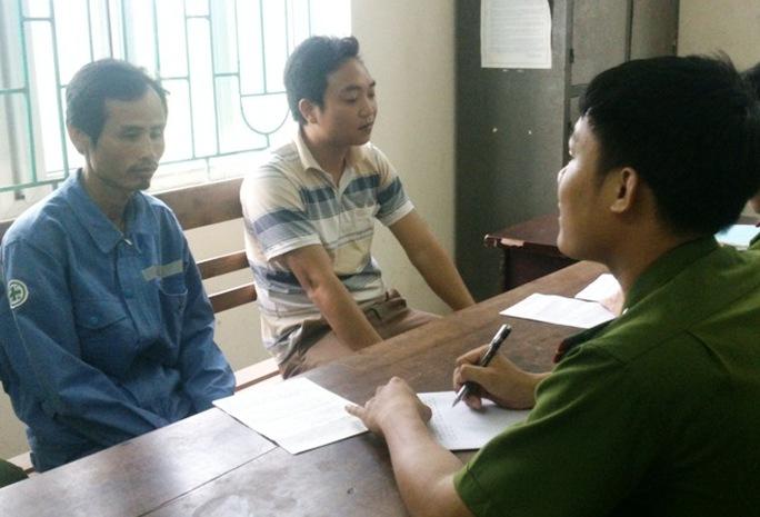 Công dân tới UBND xã Phú Sơn làm đơn tố giác các chủ hụi vay tiền của họ nhưng không trả