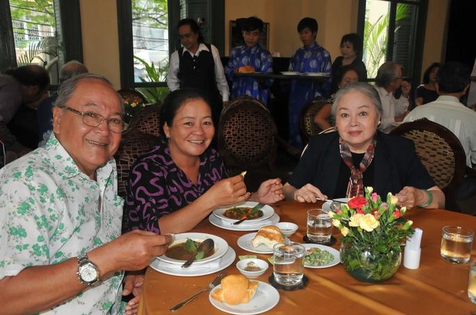 NSƯT Hùng Minh và vợ trong buổi tiệc ra mắt dĩa DVD của NSƯT Thanh Sang - chụp chung với NSƯT Thanh Nguyệt