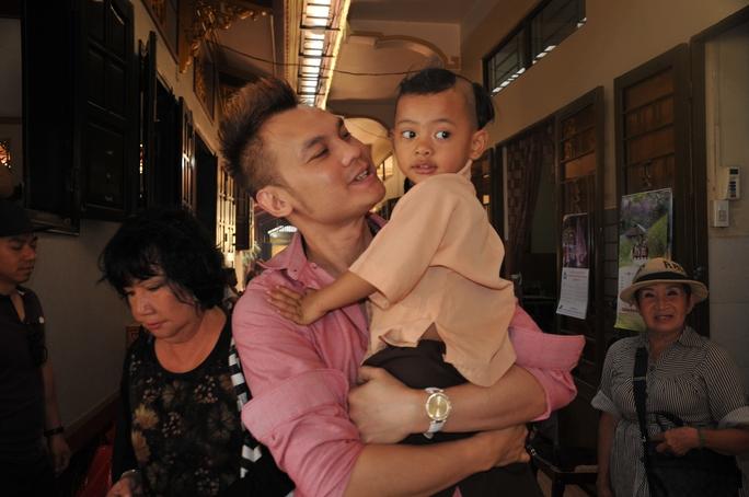 NSƯT Kim Tiểu Long và trẻ em mồ côi ở chùa Từ Hạnh