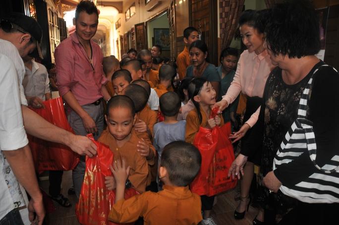 Các NS và NSƯT Kim Tử Long trao quà tết cho trẻ em mồ côi chùa Từ Hạnh