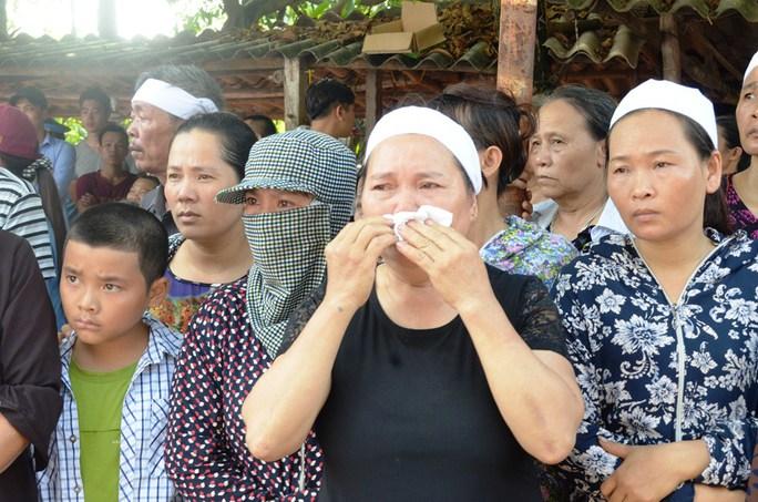 Người thân, người dân địa phương đón phi công Trần Quang Khải trở về
