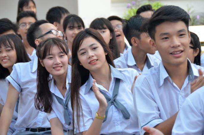 Giáo viên và nữ sinh duyên dáng trong lễ khai giảng sớm