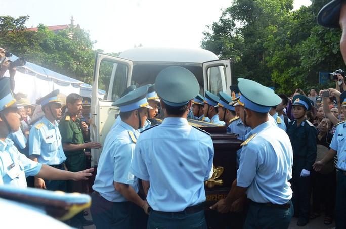 Đưa linh cữu Đại tá Trần Quang Khải xuống khỏi xe