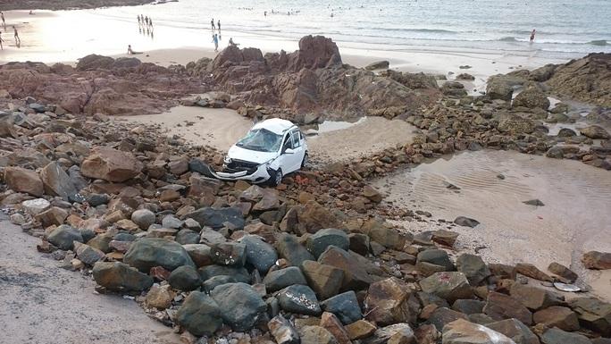 Chiếc taxi bay xa hàng chục mét rồi lao xuống bãi đá