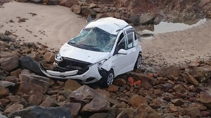 Chiếc taxi bẹp hư hỏng nặng sau khi lao xuống biển Vũng Tàu