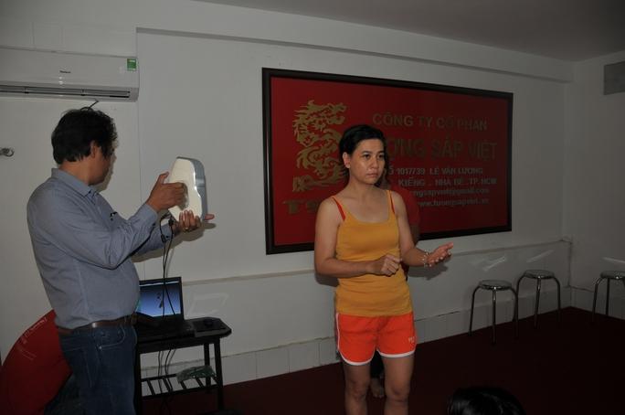 Nhà điêu khắc Nguyễn Văn Đông đo chỉ số cơ thể cho vai Tám Bính, do NS Cát Phượng thể hiện