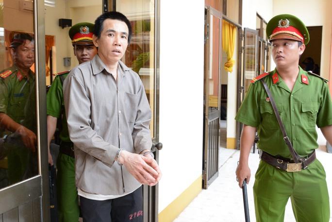 Bị cáo Vũ được đưa về trại giam sau khi HĐXX tuyên án 12 năm tù