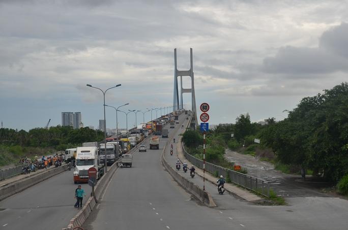 Vụ tai nạn gây tê liệt giao thông trên làn ô tô của cầu Phú Mỹ và gây kẹt xe kéo dài hàng cây số.