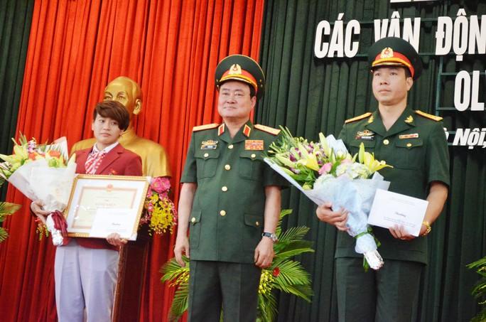 Trung tướng Trần Đơn trao thưởng cho Đại tá Hoàng Xuân Vinh và võ sĩ Judo Văn Ngọc Tú
