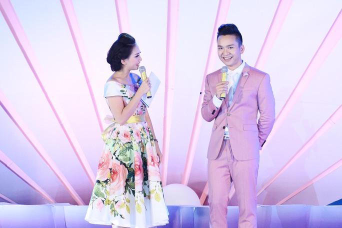 MC Hạnh Phúc kịp thời hỗ trợ cho tân Hoa hậu khi chia sẻ đứng trên sân khấu lớn thì không khỏi bối rối