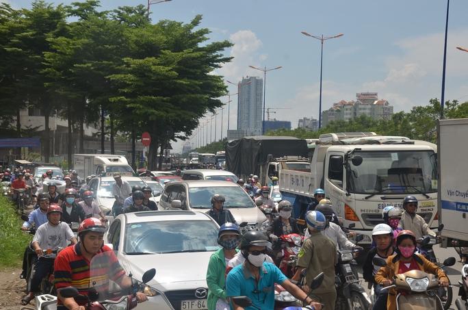 Một làn đường lên cầu Sài Gòn bị phong tỏa gây ra tình trạng kẹt xe kéo dài.