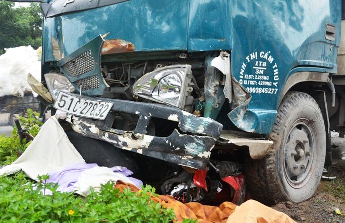 Một chiếc xe máy bị cuốn vào gầm xe tải
